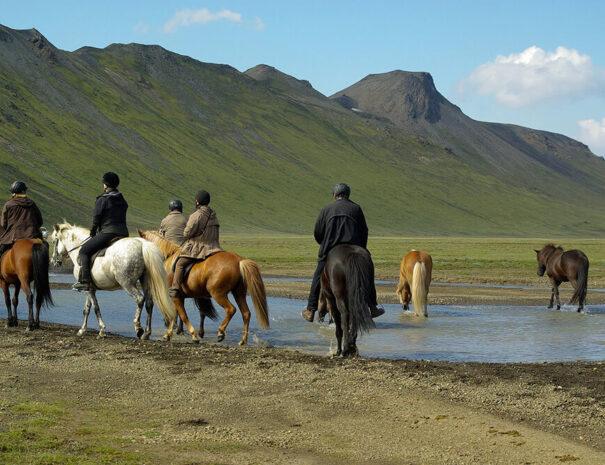 Ett par personer rider Islandshäst