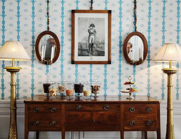 Vacker vägg med tavlor på Krusenberg Herrgård