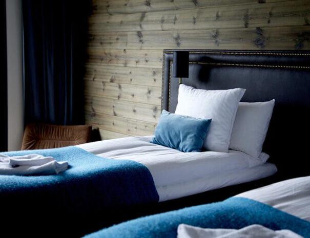 Hotellrum med twin-sängar på Marholmen