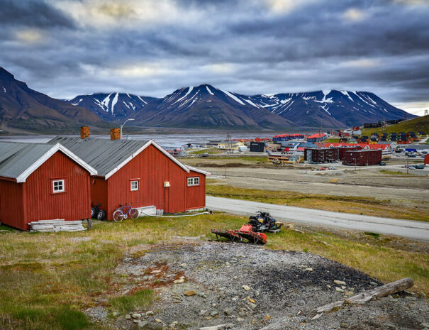 Hus, berg och hav på Svalbard